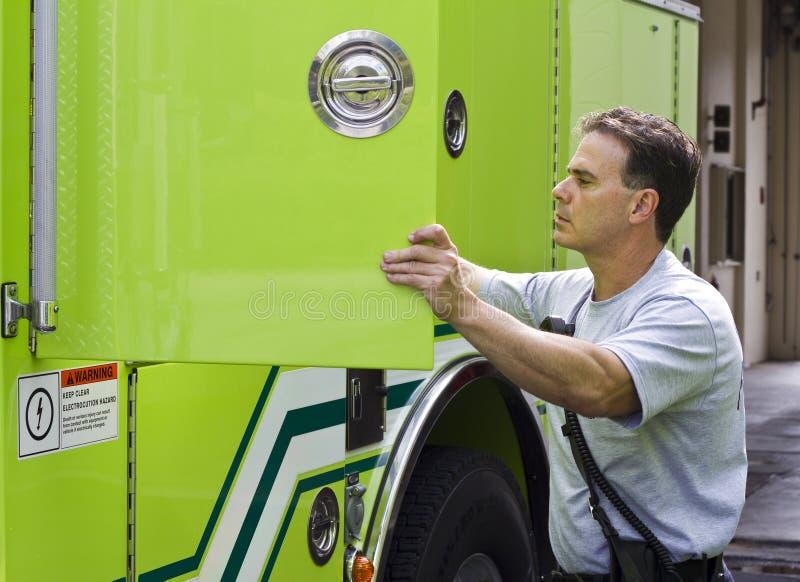brandman som får klar arkivfoto