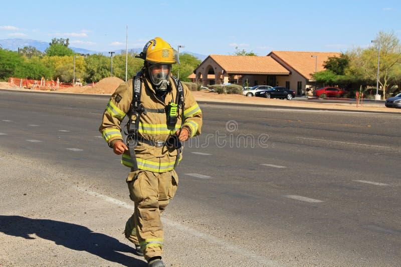 Brandman Training i skyddande dräkt arkivbilder