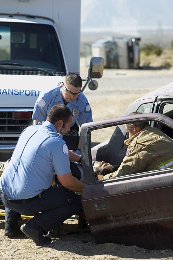 BrandmanAnd Paramedics At forcerad plats royaltyfri foto