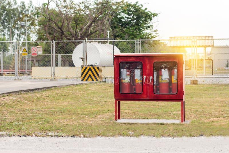 Brandmanhjälpmedelbrandsläckare och slang för röd brand, tillbehör och utrustning för brandstridighet i fabrik arkivfoto