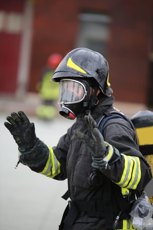 Brandmanhonnörer efter branden arkivbild
