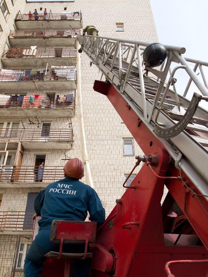 Brandmannen klättrar räddningsaktionstegen fotografering för bildbyråer