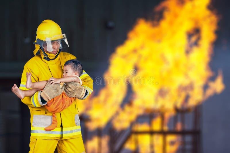 Brandmannen räddade barnet från branden royaltyfri bild