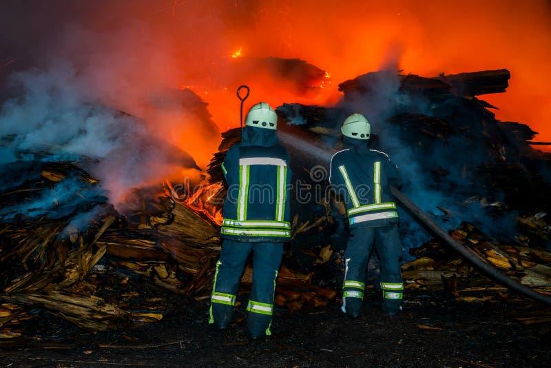 Brandmannen släcker branden fotografering för bildbyråer