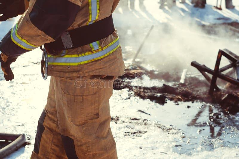 Brandmannen släcker med vatten arkivfoto