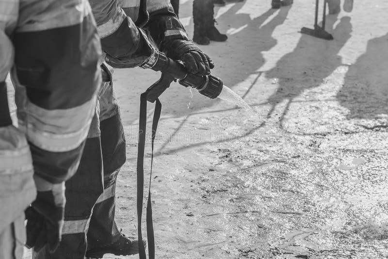 Brandmannen släcker med vatten arkivfoton
