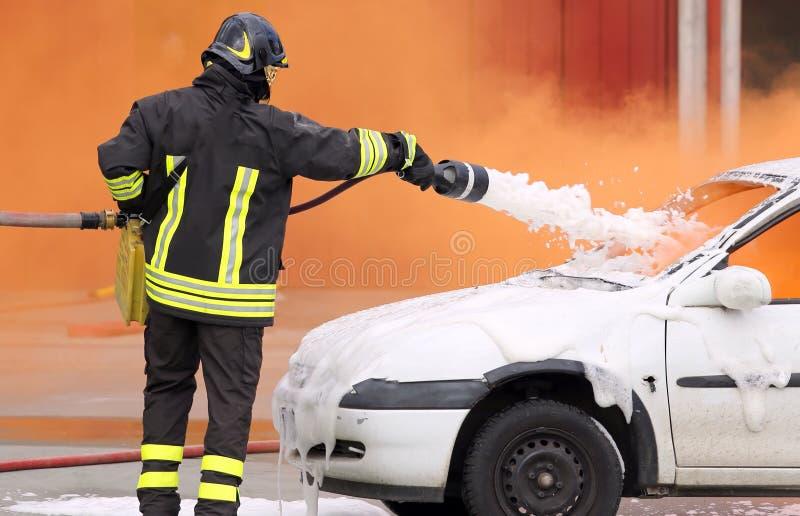 Brandmannen släckte branden med skumstridighet arkivbilder
