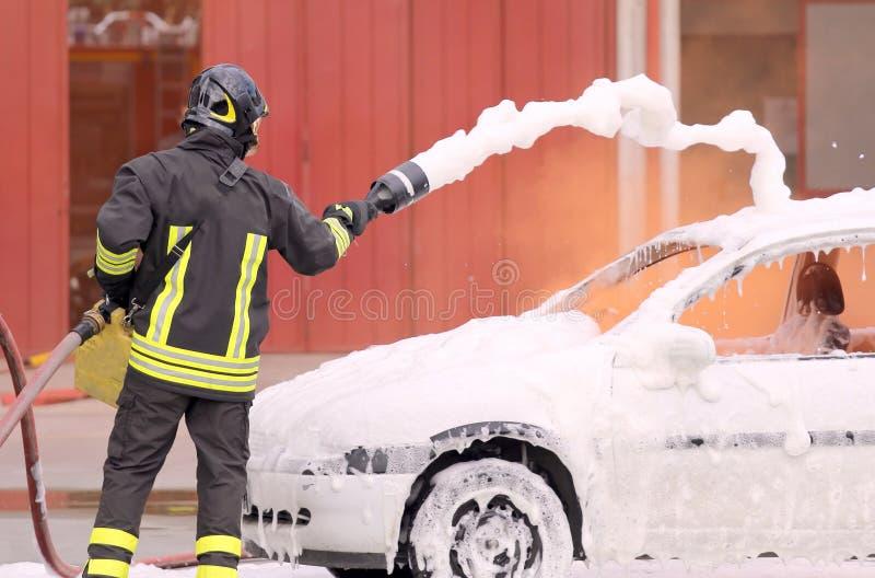 Brandmannen släckte branden med skumstridighet arkivfoto