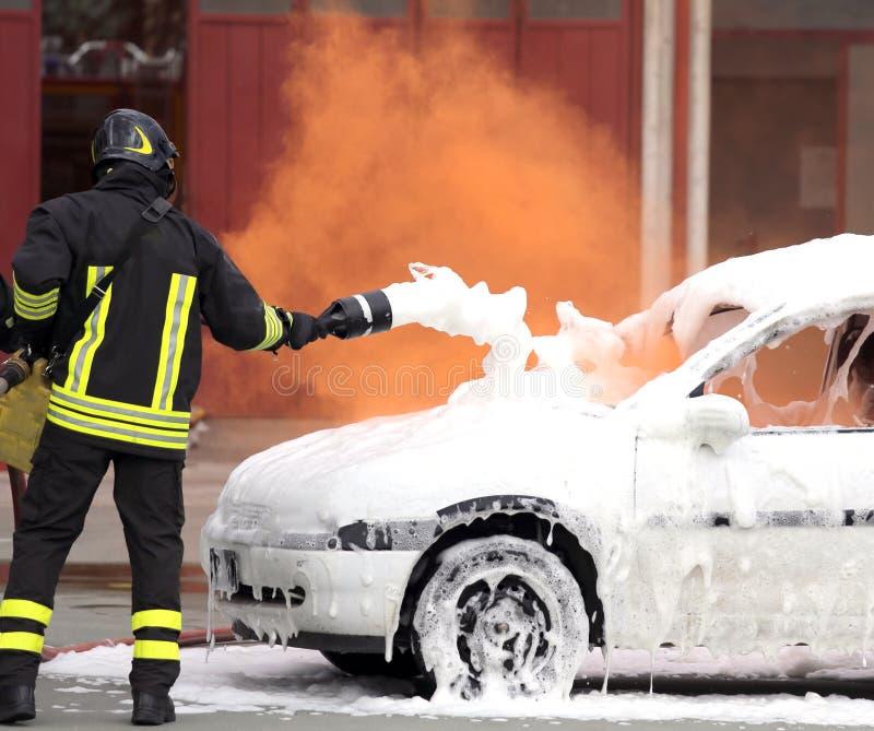 Brandmannen släckte branden med skumstridighet arkivfoton