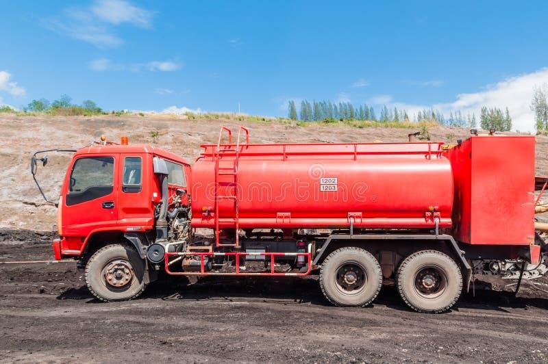 Brandmotor of Brandvrachtwagen in dagbouwkolenmijn met blauwe hemelachtergrond royalty-vrije stock fotografie