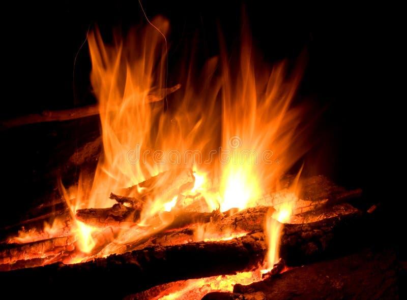 Download Brandnatt arkivfoto. Bild av mörkt, campfire, glöd, inferno - 19792672