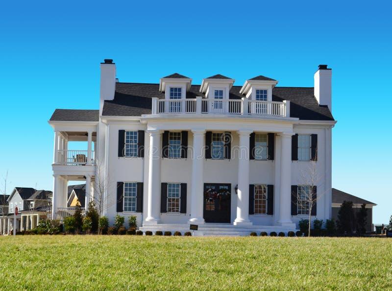Brandnew Capecod amerykańskie marzenia Podmiejski dom zdjęcie stock