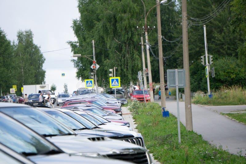 Brandnew samochody w Akcyjnym przedstawicielstwo handlowe pojazdów udziale Nowy samochodu rynek obrazy royalty free