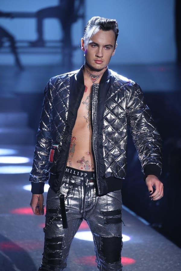 Brandon Lee marche la piste au défilé de mode de Philipp Plein photos stock