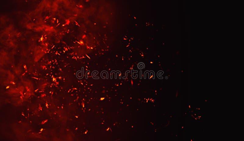 Brandpartikelskräp som isoleras på svart bakgrund för text eller utrymme Filmeffekt fotografering för bildbyråer