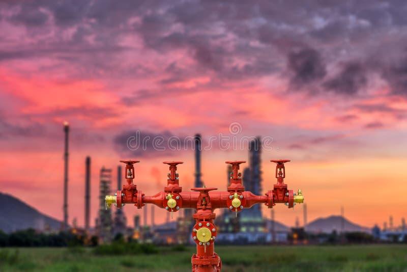 Brandpost- och för oljeraffinaderiväxt suddighetsbakgrund royaltyfri fotografi