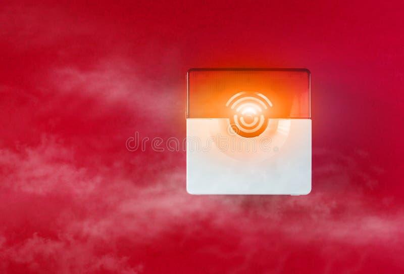 Brandsäkerhetssystem på en röd bakgrund av ett kopieringsutrymme arkivfoton