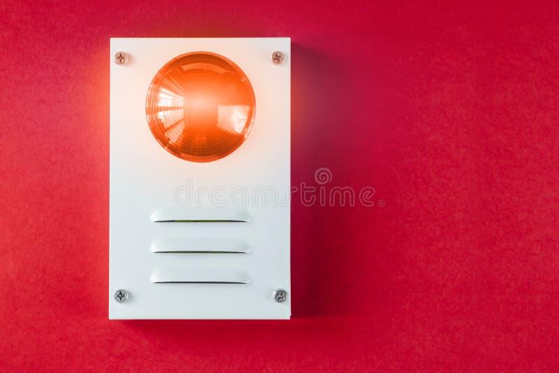 Brandsäkerhetssystem på en röd bakgrund av ett kopieringsutrymme arkivbilder