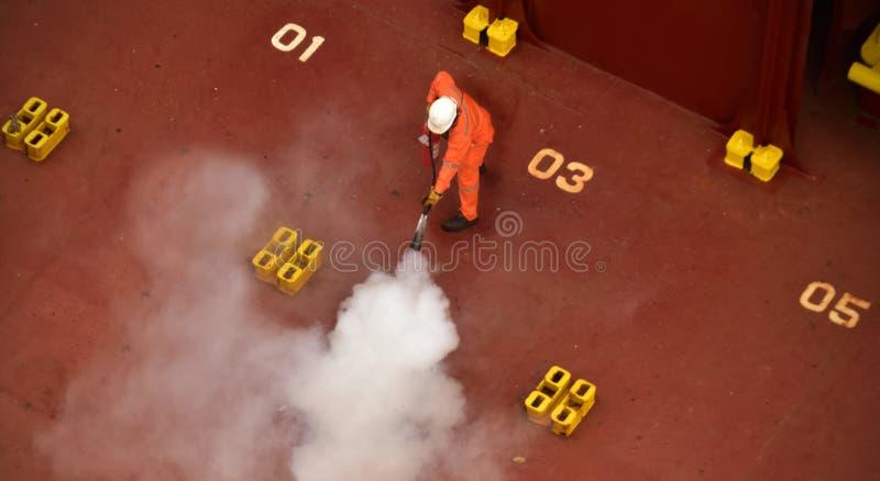 Brandschutzübung an Bord eines Schiffs stockfotos