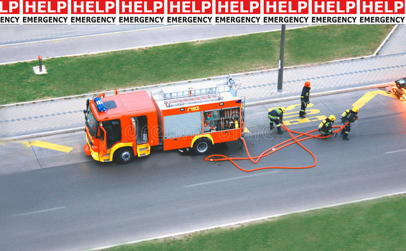 Brandschutzübung mit Mann vier, das mit dem Feuer kämpfen stockbild