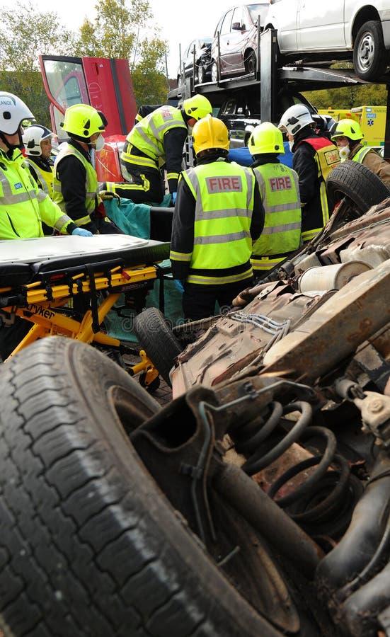 Brandservice och ambulansbesättningar på en bilkrasch royaltyfri bild