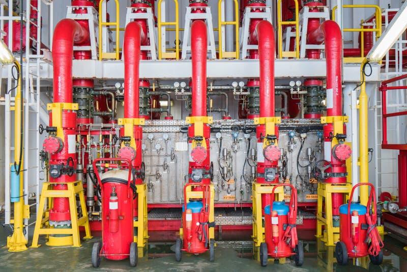 Brandskyddssystem, störtflodventil och brandvattentitelrad som fördelar högtryckvatten för att riskera område för brandbekämpning arkivfoton
