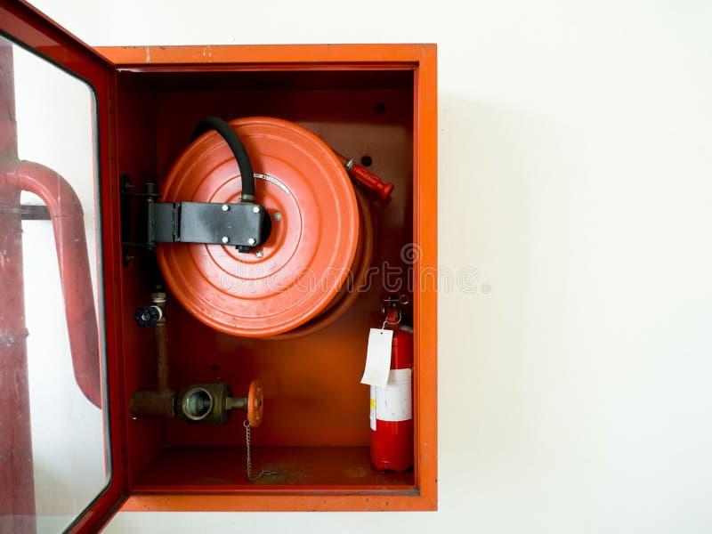 Brandsläckare med olika typer av brandsläckare som lokaliseras i den vita väggen Kopieringsutrymme för text och innehåll royaltyfri fotografi