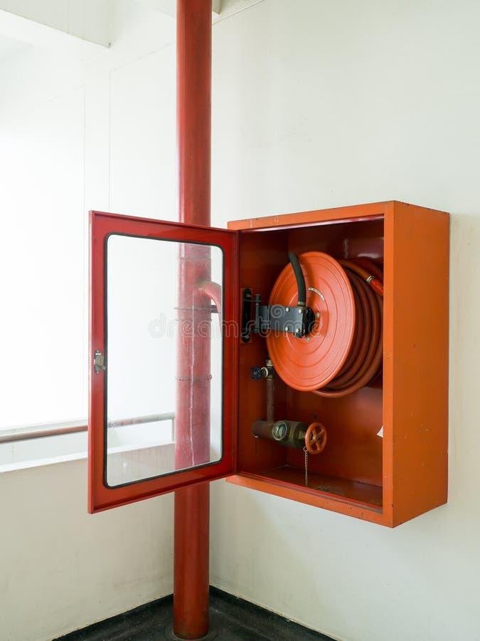 Brandsläckare med olika typer av brandsläckare som lokaliseras i den vita väggen Kopieringsutrymme för text och innehåll royaltyfria bilder