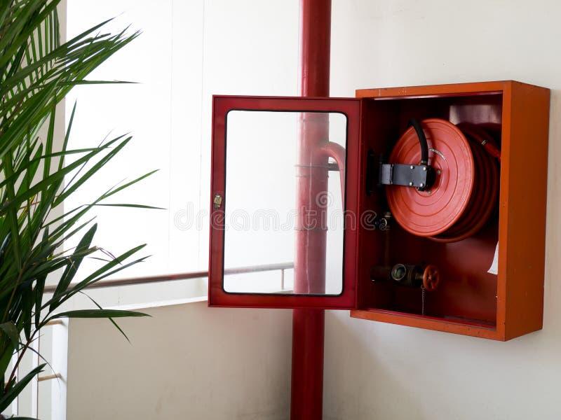 Brandsläckare med olika typer av brandsläckare som lokaliseras i den vita väggen Kopieringsutrymme för text och innehåll arkivfoton