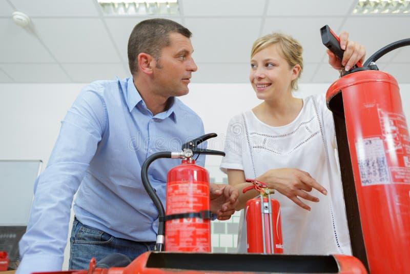 Brandsläckarefabriksbegrepp arkivbilder
