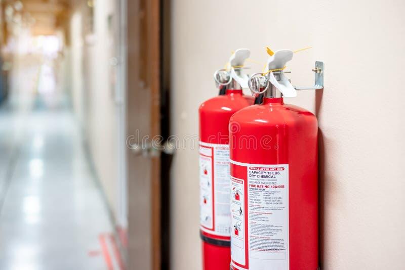 Brandsläckaresystem på väggbakgrunden, kraftig nöd- utrustning royaltyfria bilder