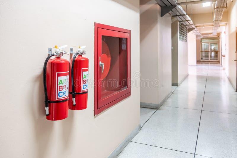 Brandsläckaresystem på väggbakgrunden, kraftig nöd- utrustning för industriellt arkivfoto