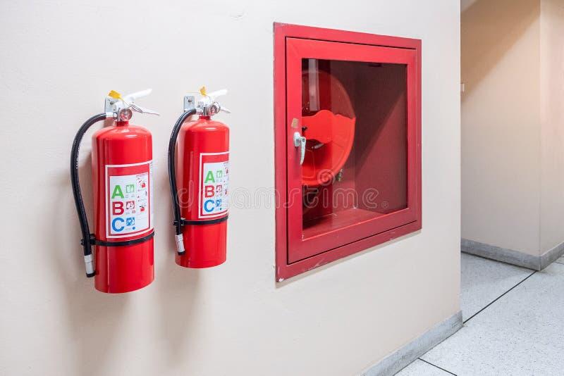 Brandsläckaresystem på väggbakgrunden, kraftig nöd- utrustning för industriellt royaltyfri fotografi