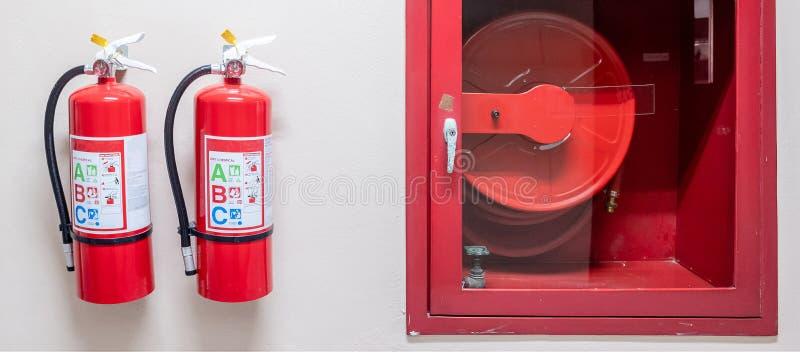 Brandsl?ckaresystem p? v?ggbakgrunden, kraftig n?d- utrustning f?r industriellt fotografering för bildbyråer
