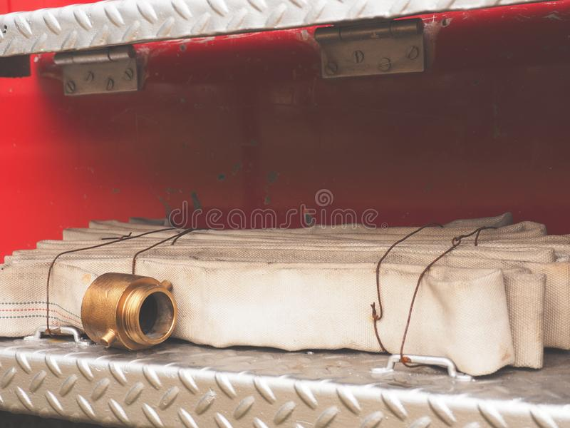 Brandslang van een oude brandvrachtwagen royalty-vrije stock foto