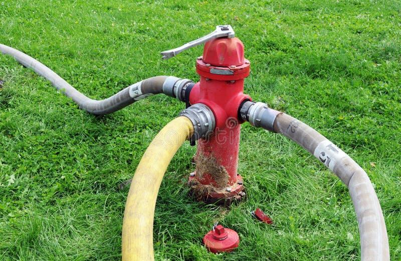 Brandslangen en hydrant royalty-vrije stock afbeeldingen