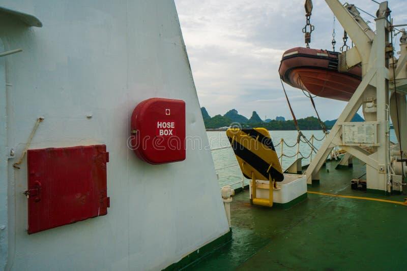 Brandslangkabinet en reddingsmotorboot in de veerboot klaar voor actie stock afbeelding