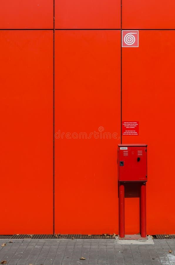 Brandslangkabinet op rode muur royalty-vrije stock foto