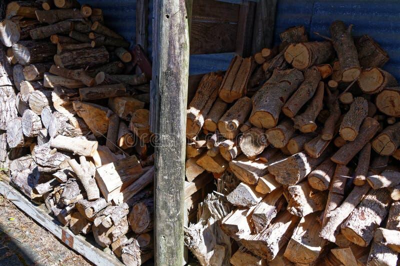 Brandstof voor de brand, brandhout dat in een loods wordt gestapeld stock foto's