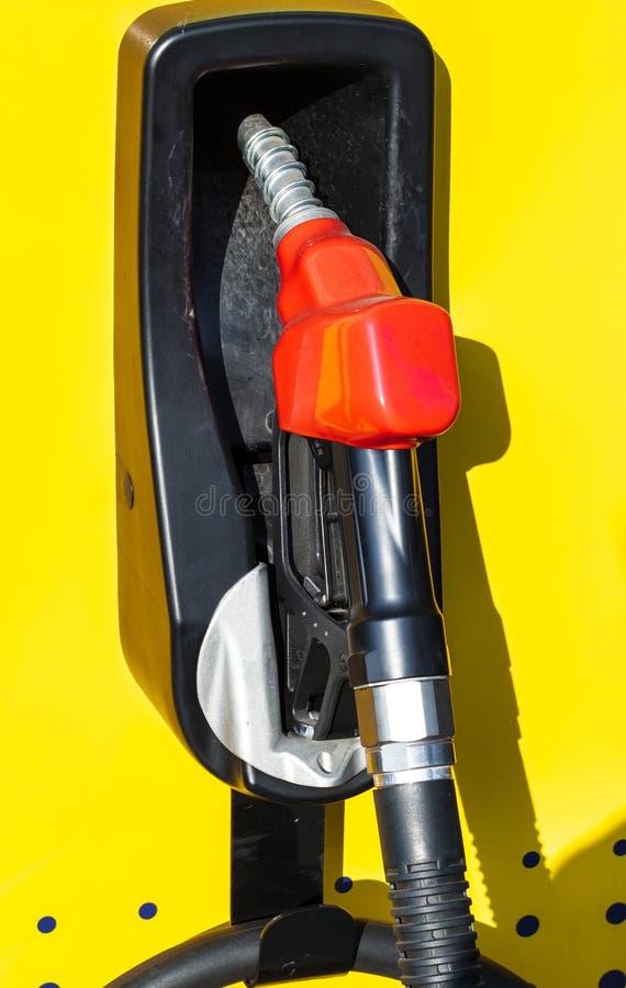 Brandstofpijp in Benzinestation stock foto's