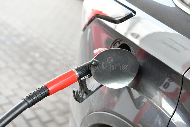 Brandstofpijp in de gashouder van een foto van het autoclose-up Benzinestation het Bijtanken concept copispeis stock afbeelding