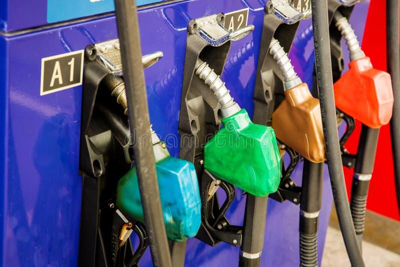 Brandstofpomp, Benzinestation, Benzine Kleurrijke die Benzinepomp het vullen pijpen op witte achtergrond, Benzinestation in de di royalty-vrije stock foto's