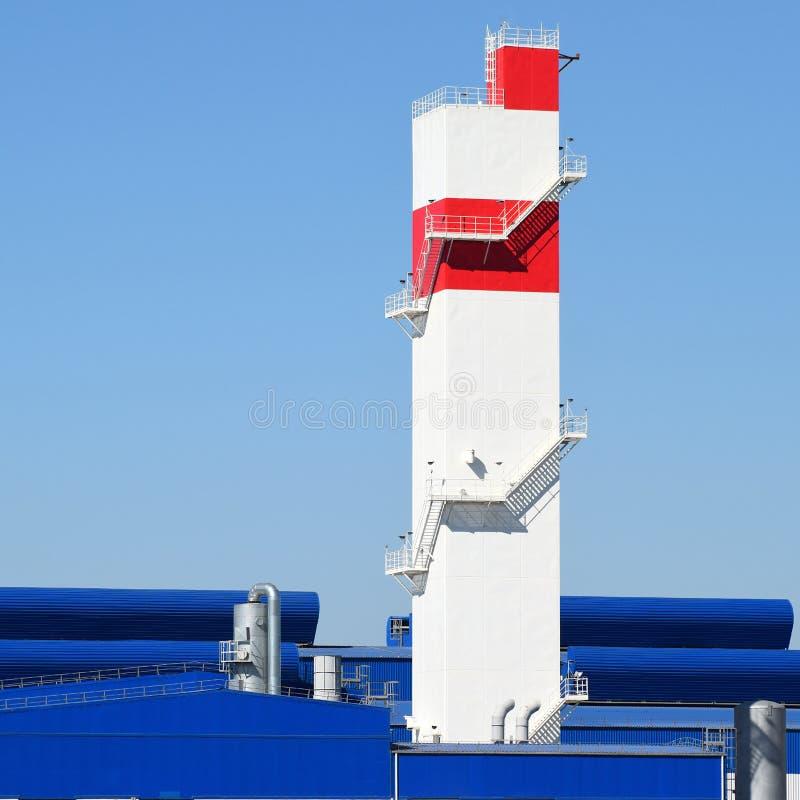 Brandtorn på växten för bearbeta av restmetall Gammal metallförfinare för enorm fabrik arkivbild