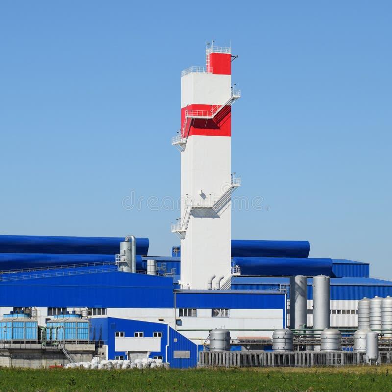 Brandtorn på växten för bearbeta av restmetall Gammal metallförfinare för enorm fabrik royaltyfri foto