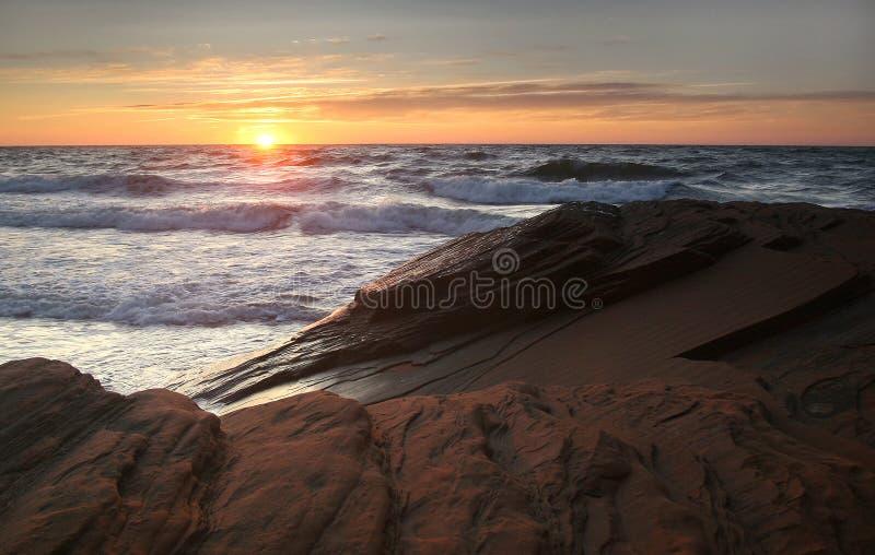 Brandung am Sonnenuntergang lizenzfreie stockfotos