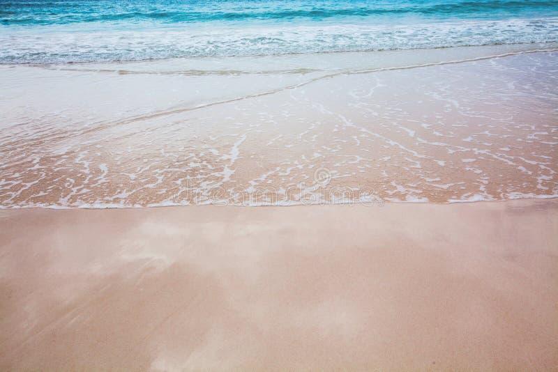 Brandungs-Rollen herein zu einem tropischen Strand stockbild
