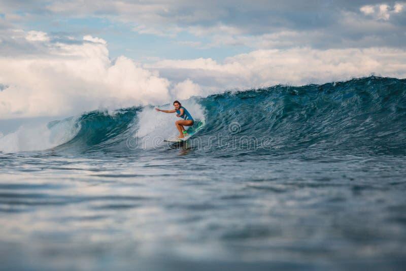 Brandungsm?dchen auf Surfbrett Frau im Ozean w?hrend des Surfens lizenzfreies stockfoto