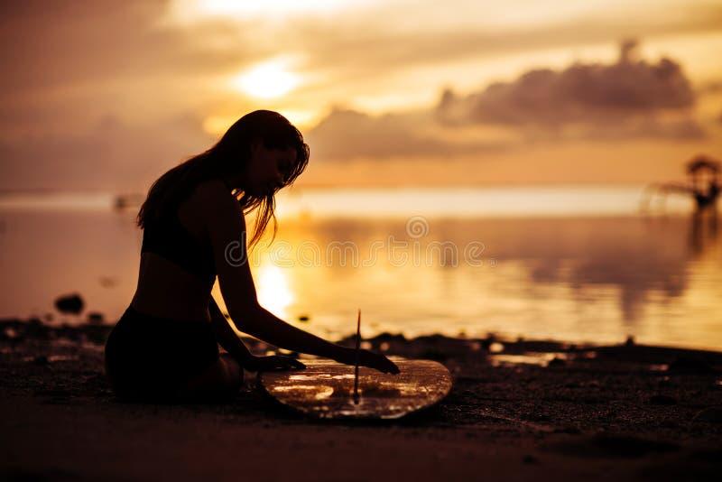 Brandungsm?dchen mit Surfbrett auf dem Strand stockfoto