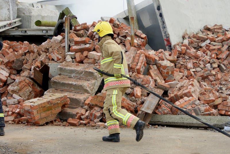 Brandvechter met slang stock foto's