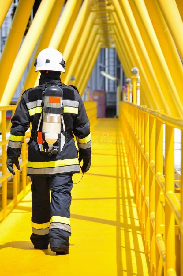 Brandvechter op olie en gas de industrie, succesvolle brandbestrijder op het werk royalty-vrije stock afbeelding